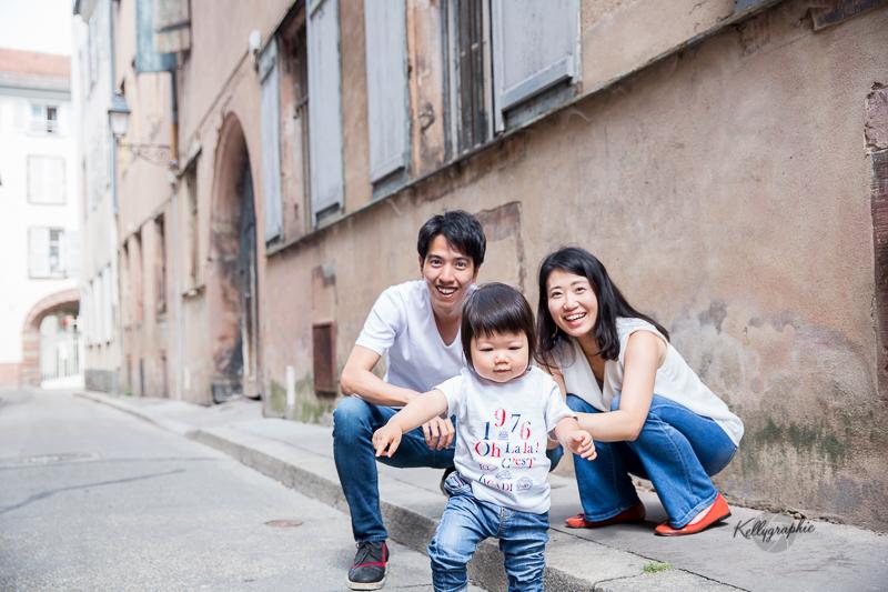 Séance photo en famille dans les rues de Strasbourg