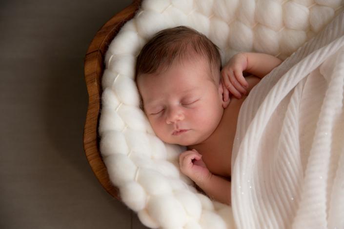 Séance nouveau né Alsace newborn posing